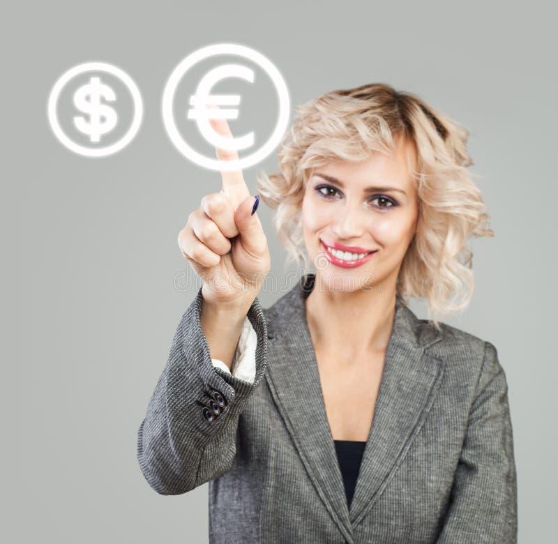 Bizneswoman wskazuje na euro znaku E obrazy stock