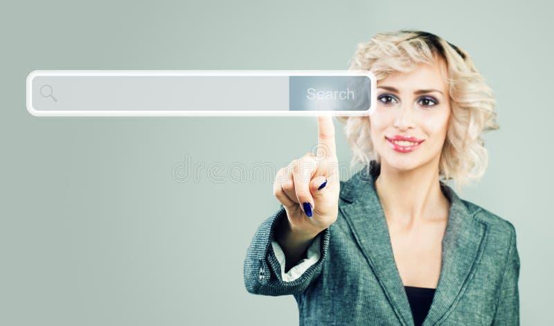 Bizneswoman wskazuje palec opróżniać adresu baru z rewizji ikoną w wirtualnej przeglądarce internetowej obraz stock