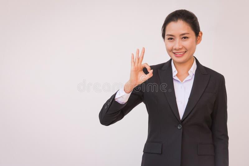 Bizneswoman wskazuje w górę ok ręka znaka fotografia royalty free