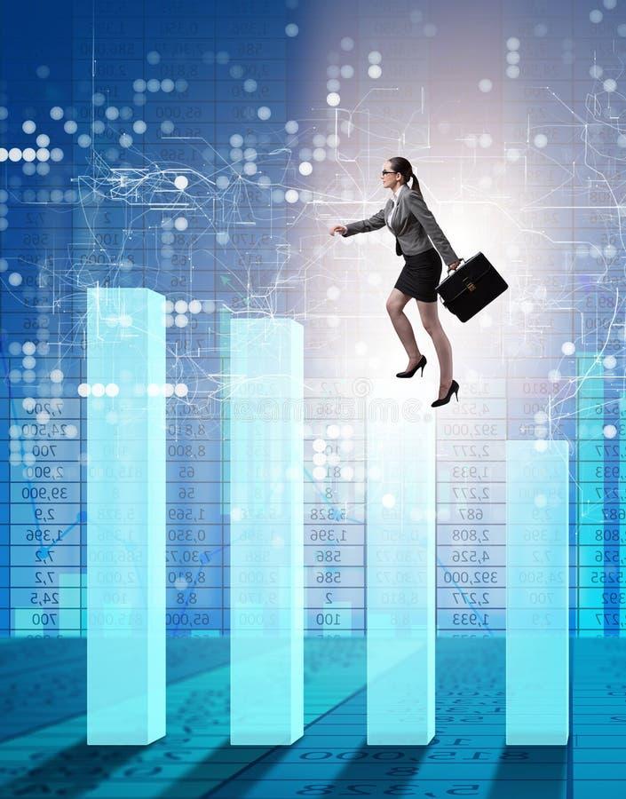 Bizneswoman wspina si? pr?tow? map? w problemu ekonomicznego poj?ciu obrazy royalty free