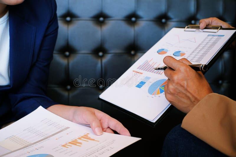 Bizneswoman wyjaśnia mapy w kostiumu robi prezentaci i fotografia stock