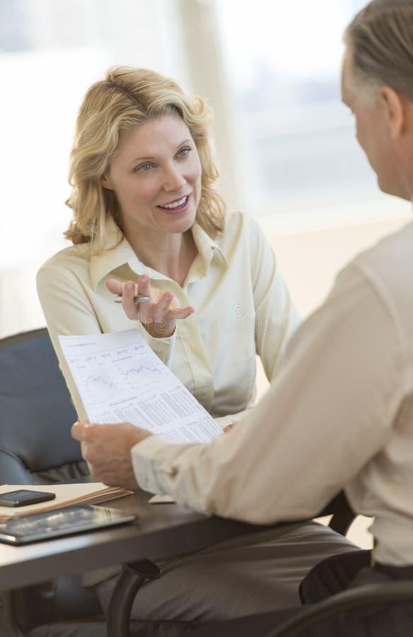 Bizneswoman Wyjaśnia raport kolega W biurze zdjęcia royalty free