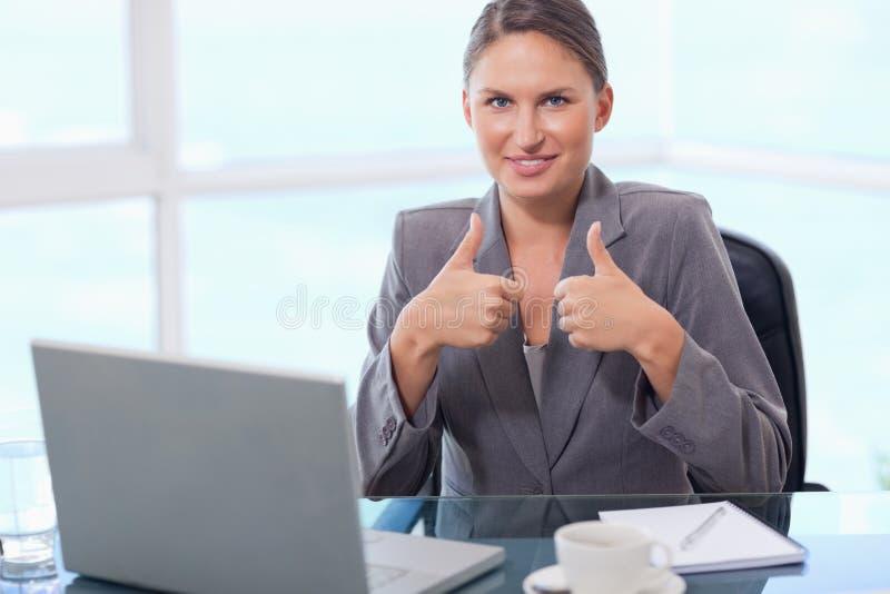 Bizneswoman z aprobatami obrazy stock