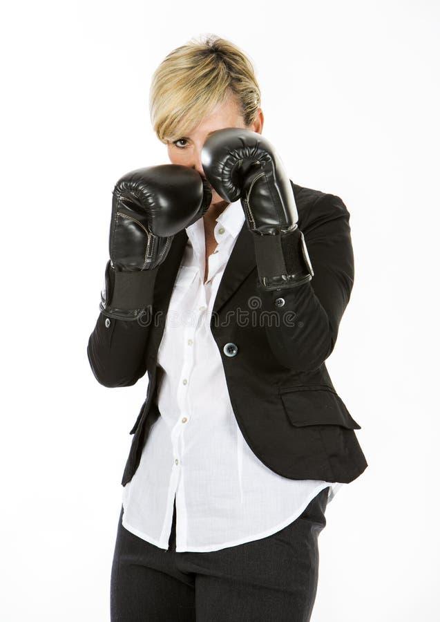 Bizneswoman z bokserskimi rękawiczkami zdjęcia royalty free