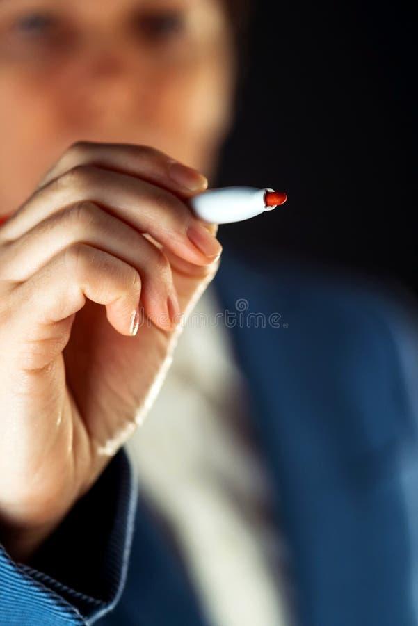 Bizneswoman z czerwonym markier filc pióra writing na przejrzystym bo zdjęcia stock