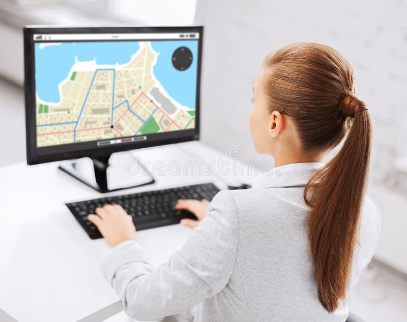 Bizneswoman z gps nawigatora mapą na komputerze fotografia royalty free