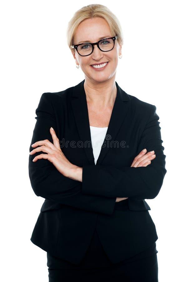 Bizneswoman z krzyżować rękami target558_0_ szkła zdjęcia royalty free