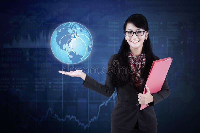 Bizneswoman z kuli ziemskiej i socjalny siecią fotografia royalty free