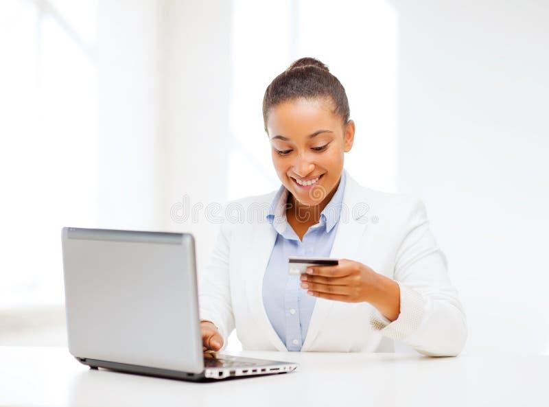 Bizneswoman z laptopem i kredytową kartą obraz royalty free
