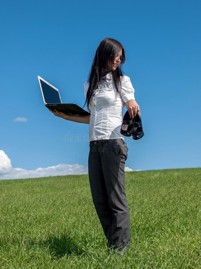 Download Bizneswoman Z Laptopem Na łące Obraz Stock - Obraz złożonej z komunikacja, kobieta: 28955789