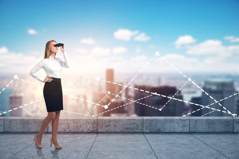 Bizneswoman z lornetkami na miasto dachu, wykresy obraz stock