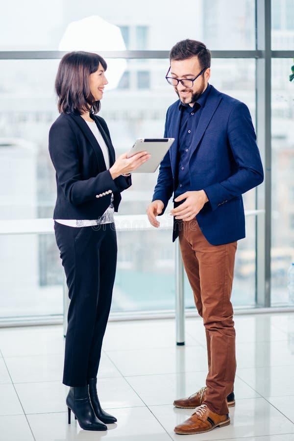 Bizneswoman z męskim kolegą używa pastylka komputer zdjęcia stock