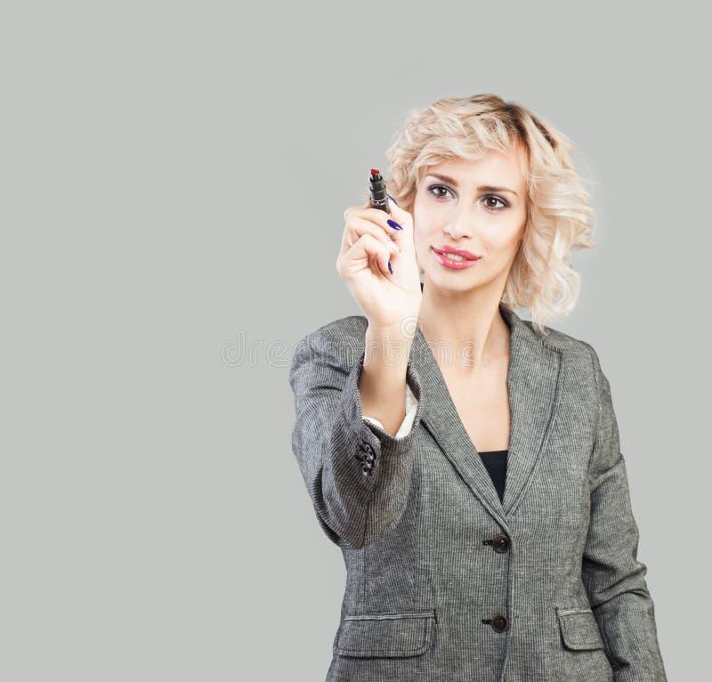 Bizneswoman z markiera piórem na pustym tle zdjęcia stock