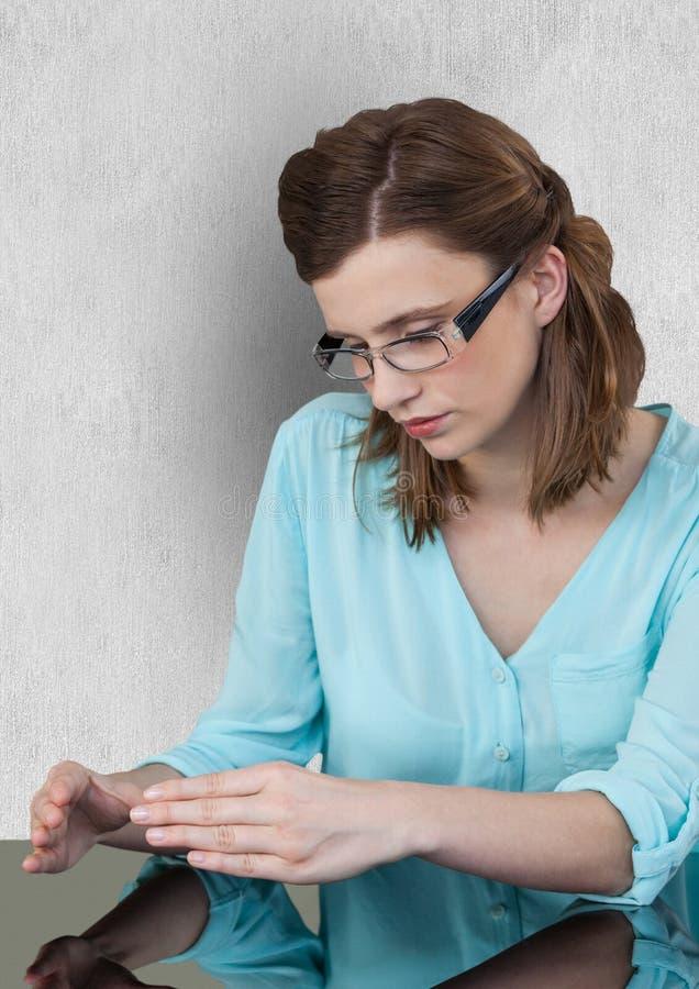 Bizneswoman z niewidzialnym produktem w biurze zdjęcia stock