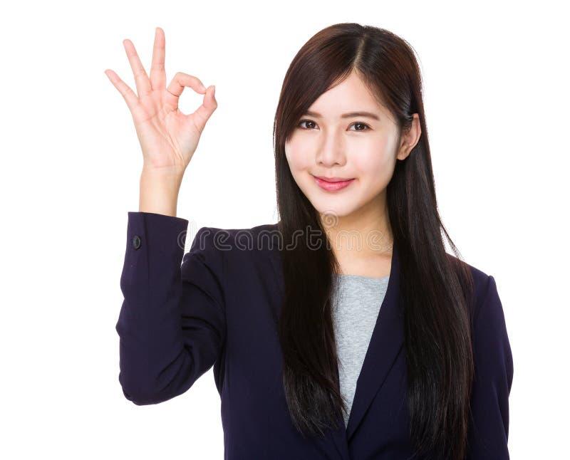 Bizneswoman z ok znaka gestem obraz stock