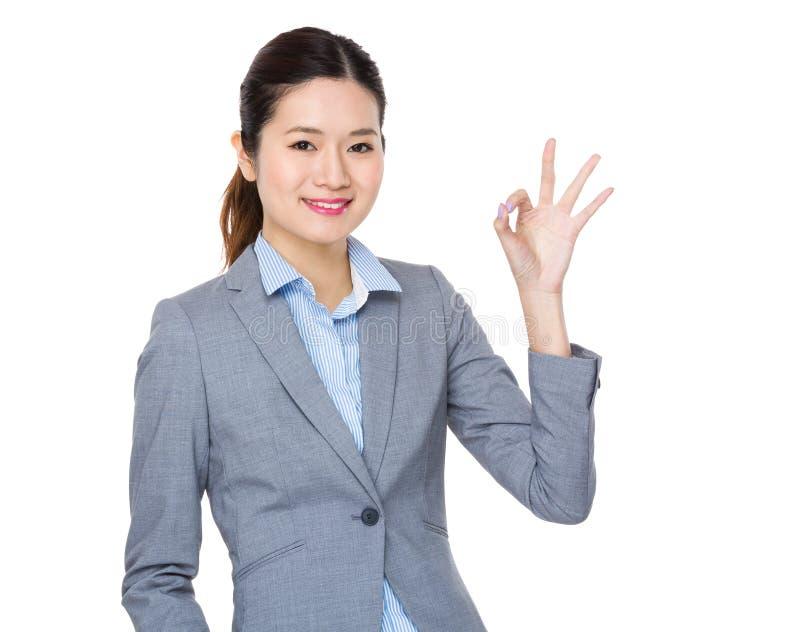 Bizneswoman z ok znaka gestem zdjęcie stock