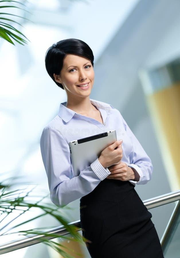 Bizneswoman z pastylką zdjęcia stock