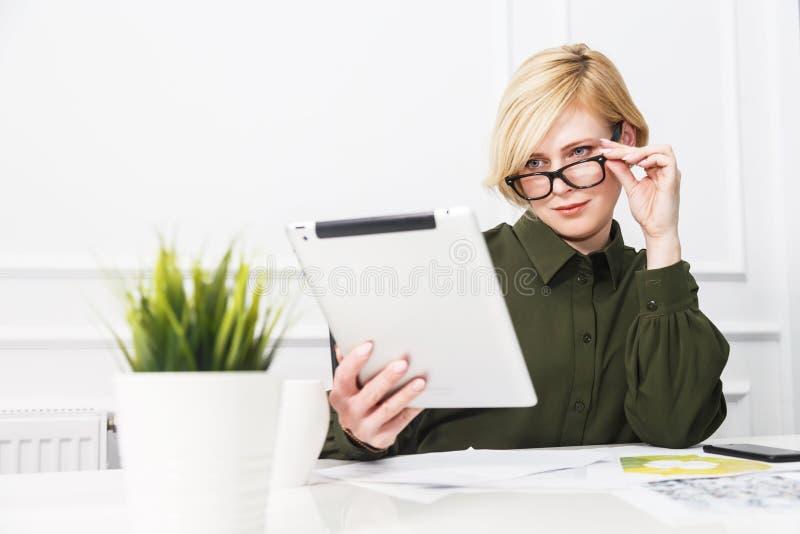 Bizneswoman z pastylka komputer osobisty obraz royalty free