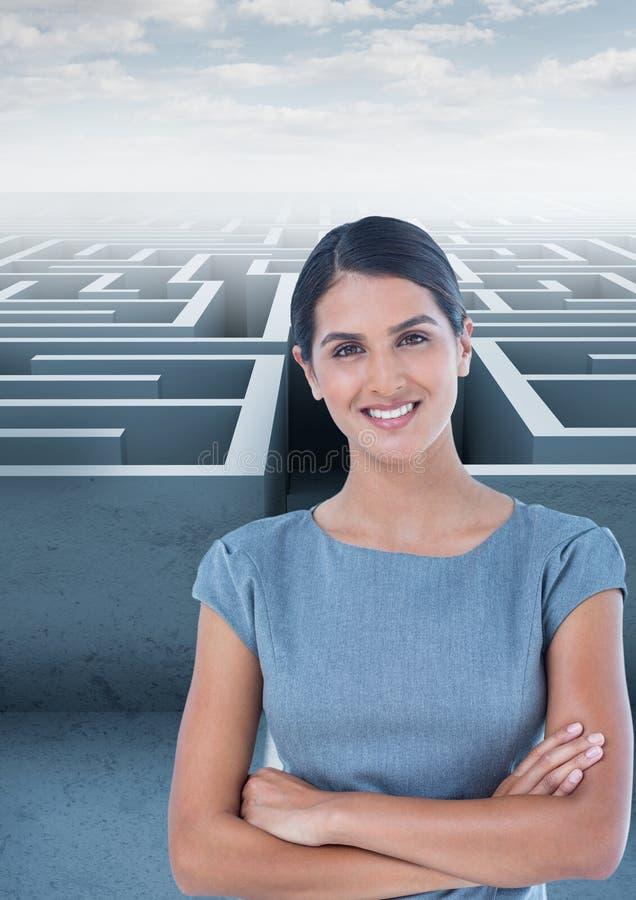 Bizneswoman z rękami krzyżować przeciw labiryntowi fotografia stock