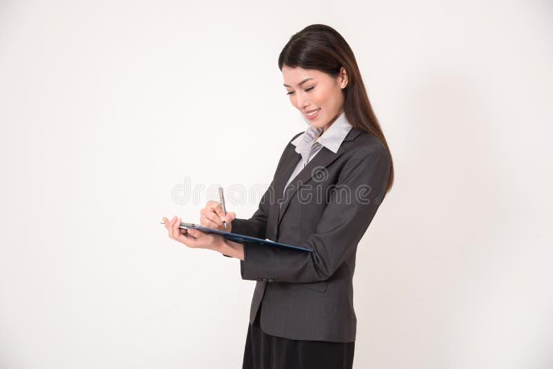 Bizneswoman z schowkiem i pióro nad białym tłem fotografia stock