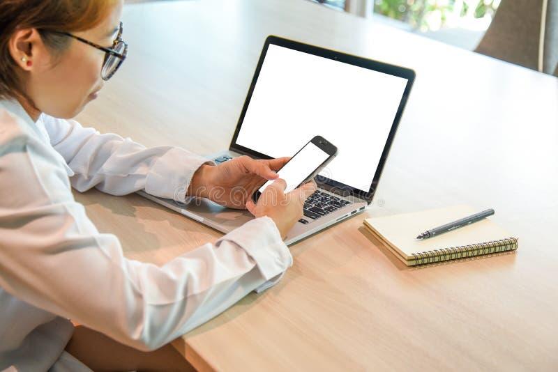Bizneswoman z smartphone i laptopem obrazy stock