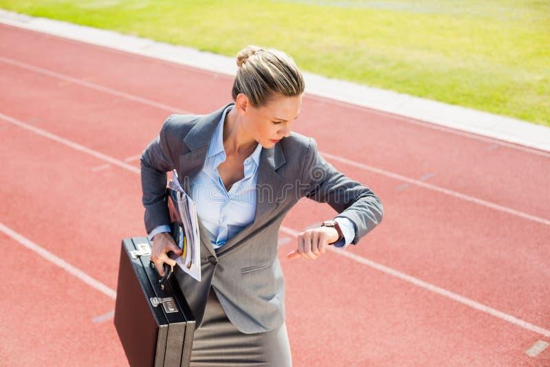 Bizneswoman z teczką w gotowym biegać pozycję zdjęcie royalty free