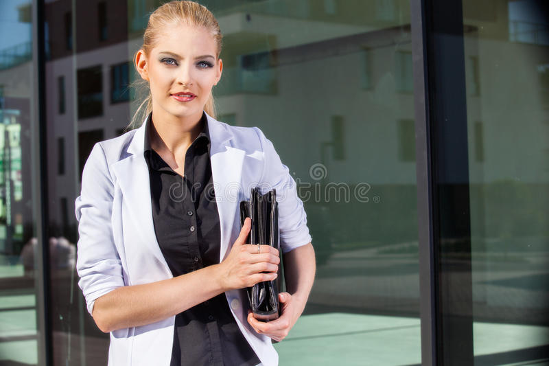 Bizneswoman z teczką w miastowym położeniu zdjęcia stock