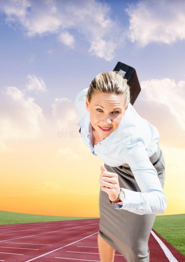 Bizneswoman z teczka bieg na biegowym śladzie obraz stock