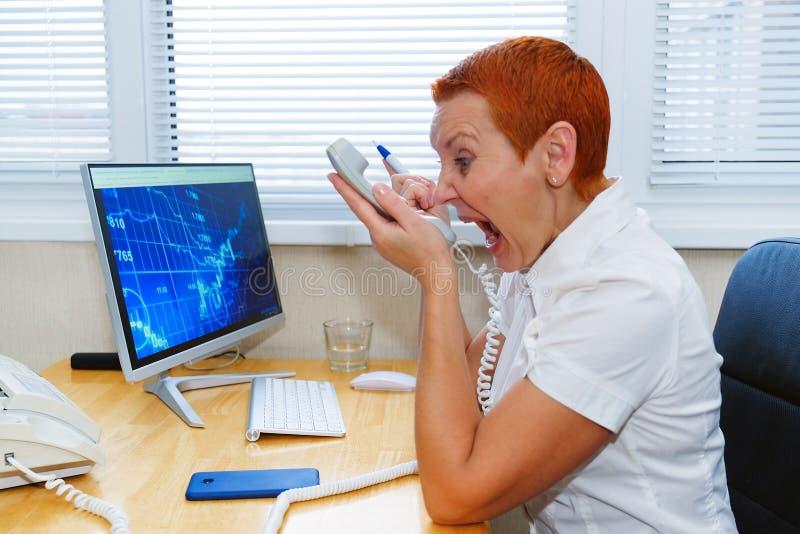 Bizneswomanu argumentowanie z klientem na telefonie Nieporozumienia, nieporozumienia Stres, skandal zdjęcie royalty free