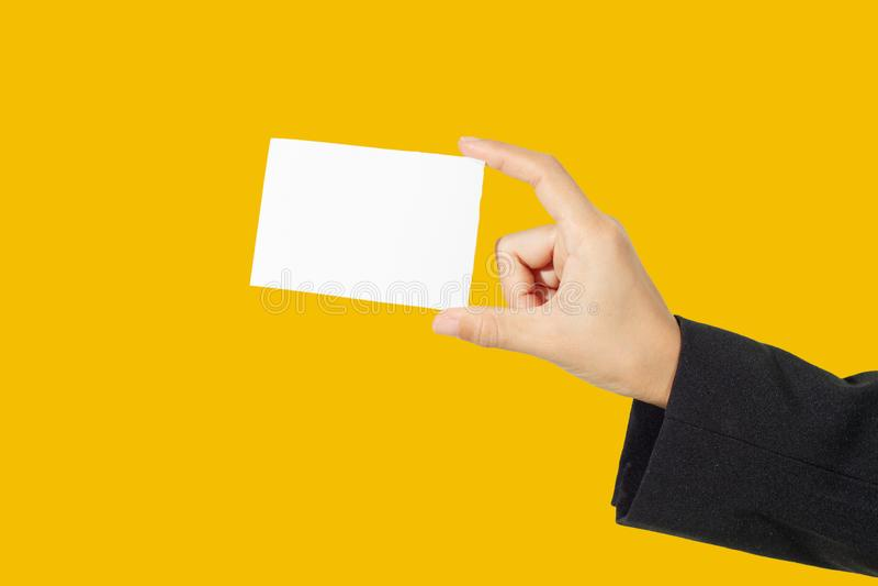 Bizneswomanu azjatykci mienie i pokazywać wizytówkę na żółtym tle zdjęcia stock