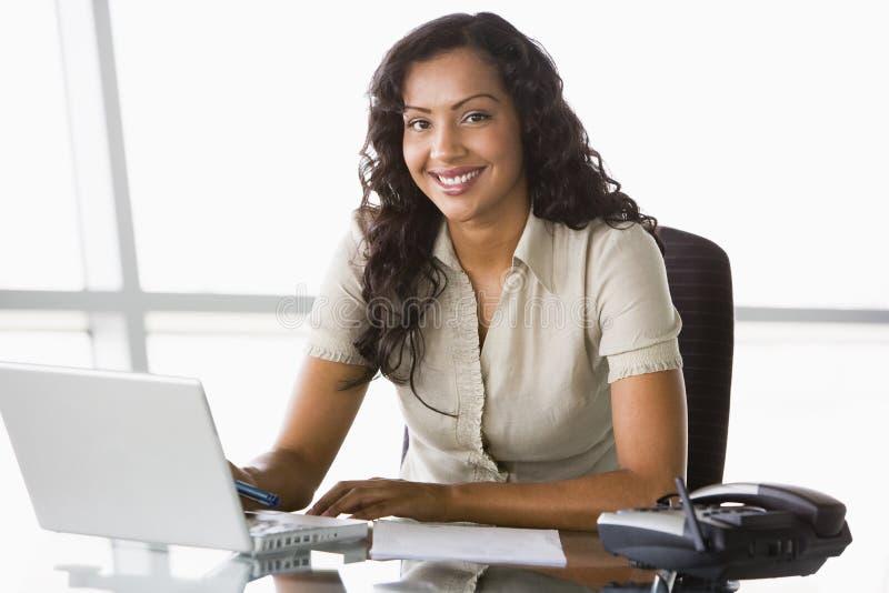 bizneswomanu biurka działania obraz stock