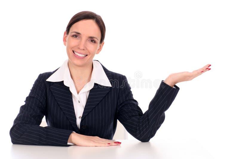 bizneswomanu biurka posiedzenia obraz stock