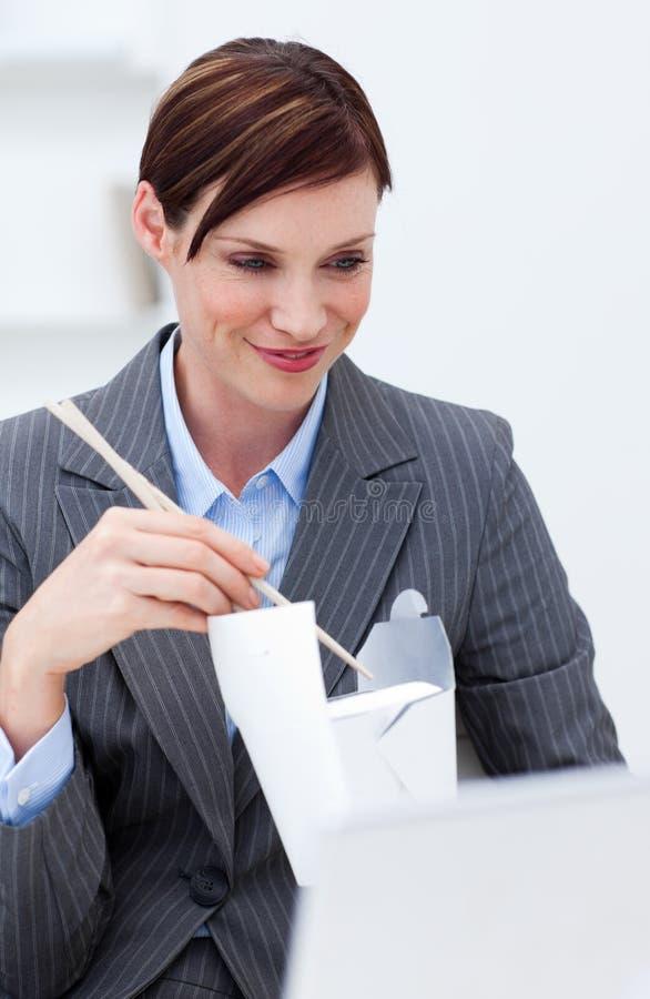 bizneswomanu chiński chopstick łasowania jedzenie obrazy stock