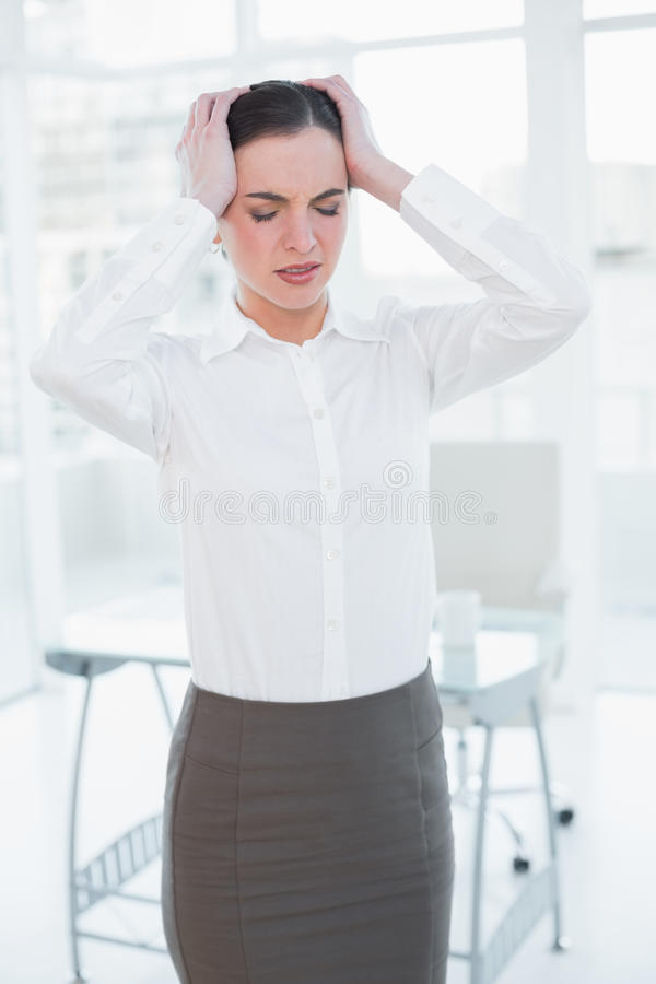 Bizneswomanu cierpienie od migreny w biurze zdjęcie royalty free