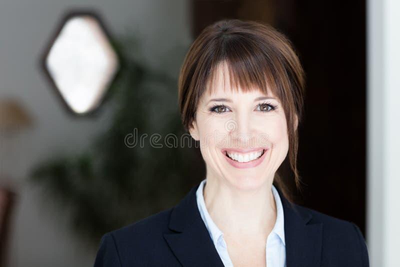 bizneswomanu cudowny atrakcyjnego tła piękna kamera się odizolowane portret dość uśmiecha eleganckiego garniturze białą kobietę n obrazy royalty free