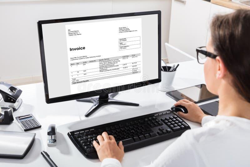 Bizneswomanu cyrklowania faktura Na komputerze fotografia royalty free