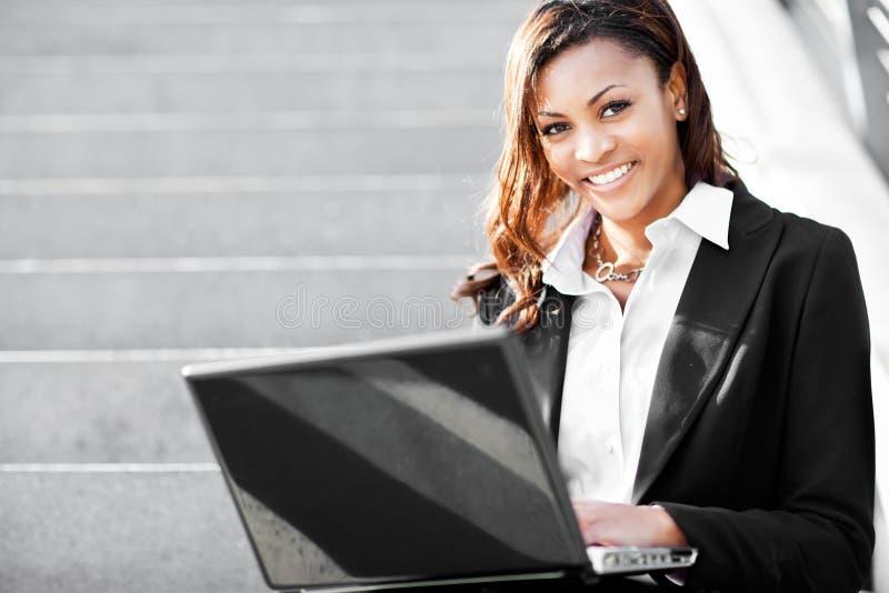 bizneswomanu czarny laptop fotografia stock