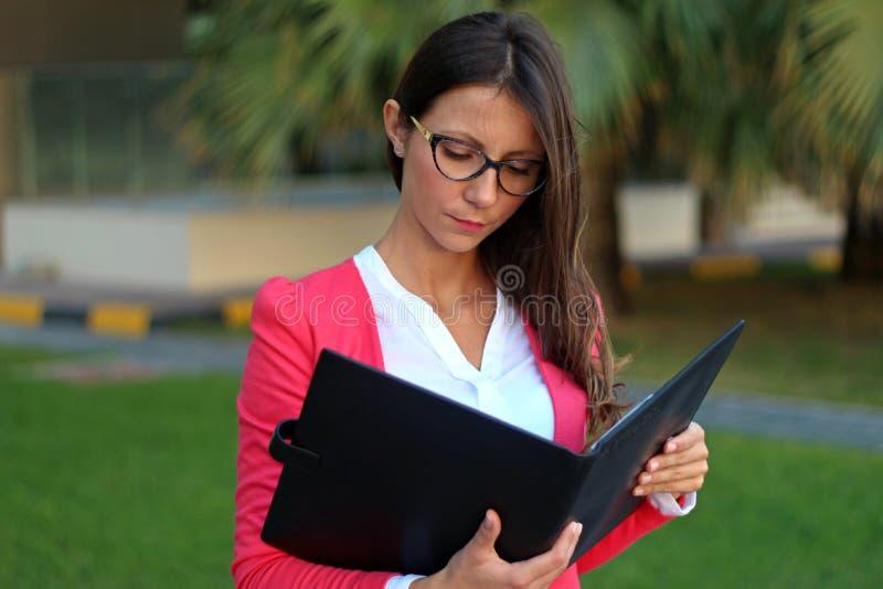 Bizneswomanu czytania dokument - Akcyjny wizerunek obraz stock