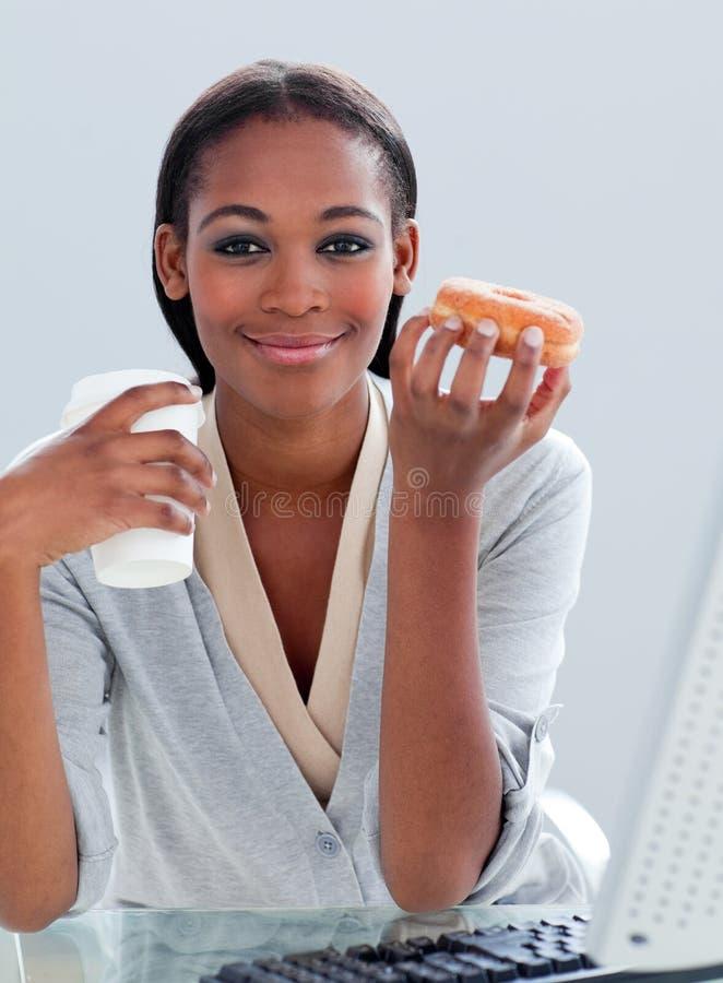 bizneswomanu donuts target30_1_ etniczny fotografia royalty free
