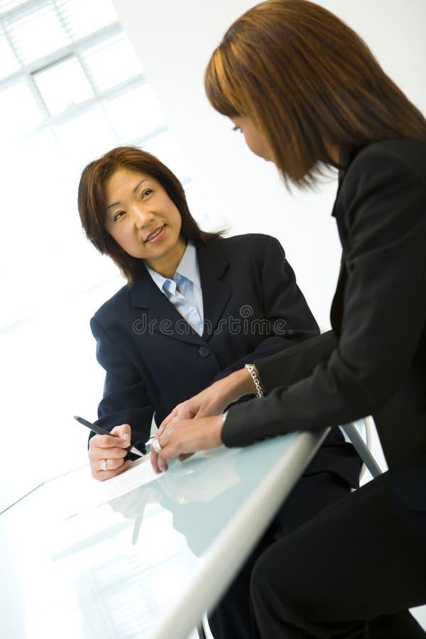 bizneswomanu dwa biurka fotografia royalty free