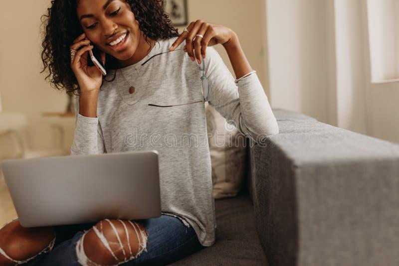 Bizneswomanu dyrekcyjny biznes od domu z telefonem komórkowym i zdjęcie stock