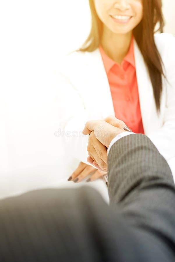 Bizneswomanu handshaking z biznesmenem zdjęcia stock
