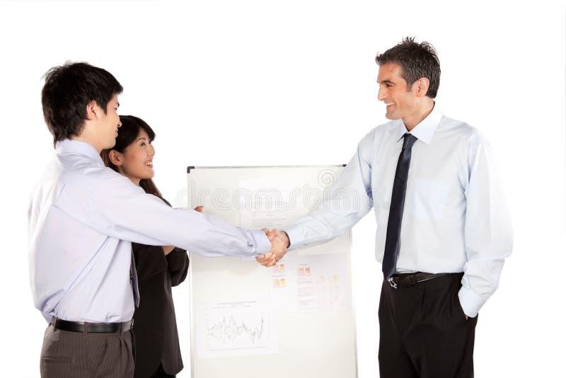 Bizneswomanu i biznesmena chwiania ręka obrazy stock