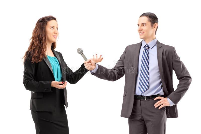 Bizneswomanu i samiec reporter ma wywiad zdjęcie stock