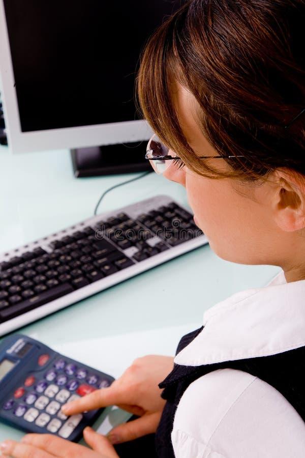 bizneswomanu kalkulatora boczny używa widok obrazy royalty free