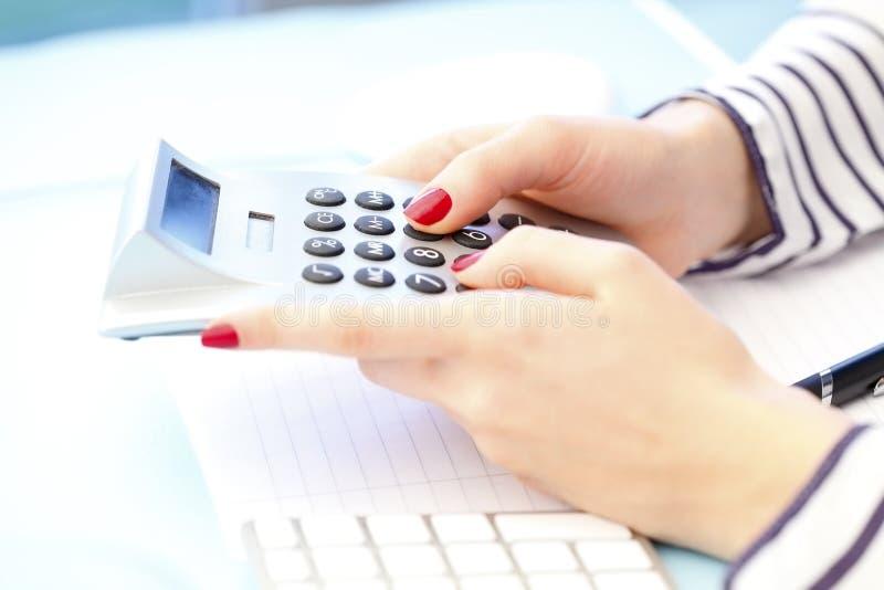 bizneswomanu kalkulatora używać obraz stock