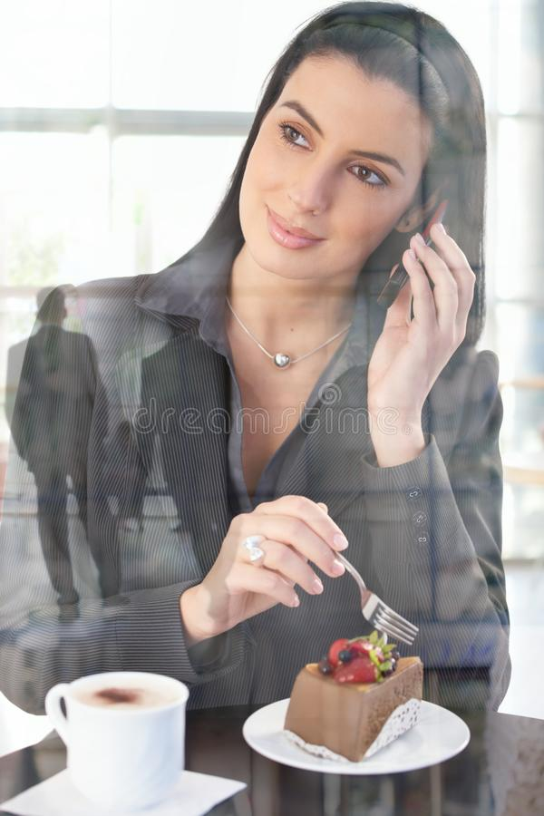 bizneswomanu kawiarni biuro zdjęcia royalty free