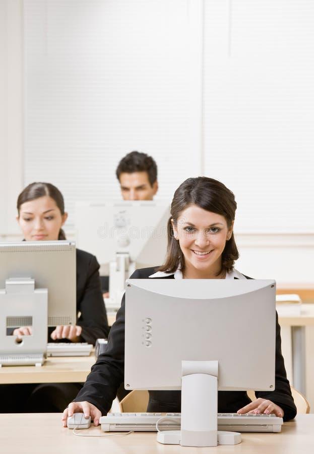 bizneswomanu komputeru działanie zdjęcie stock