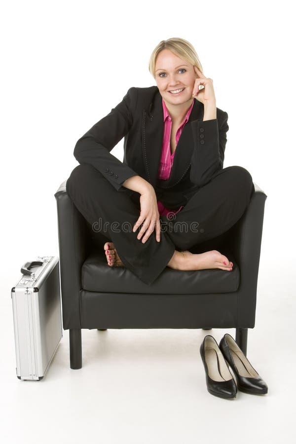 bizneswomanu krzesła skóry obsiadanie obrazy stock