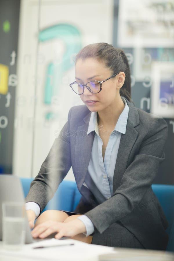 bizneswomanu laptopa do zdjęcia stock